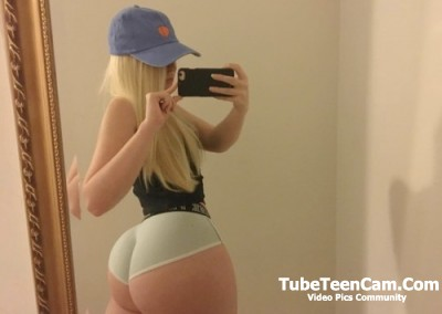 Teen shows her amazing ass (many pictures)