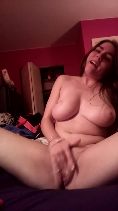 Nude chubby babe tease and cum on cam